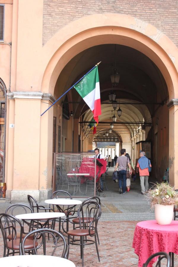 Drapeau et terrasse d'un café à Modène, Italie