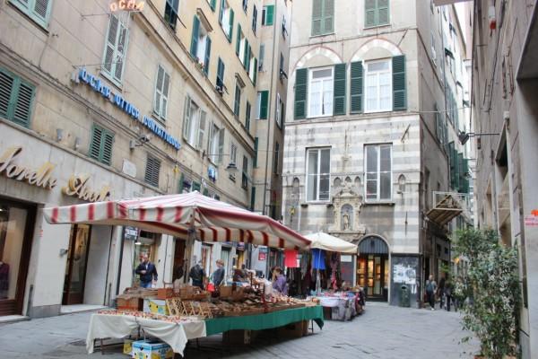 marchand ambulant dans les rues de Gênes