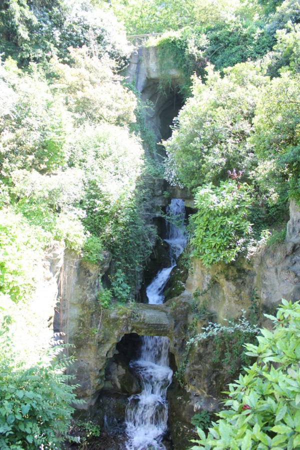 cascade cachée dans le parc des buttes chaumont à paris