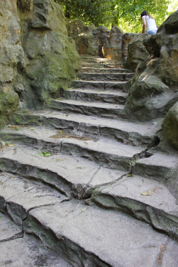 escalier en pierre dans le parc des buttes chaumont à paris