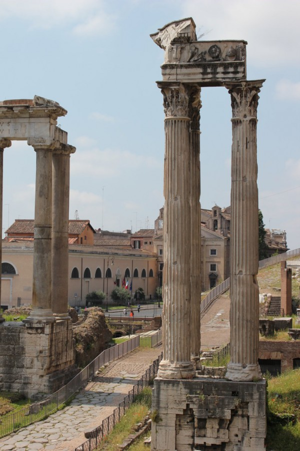 photo de colonnes prise en zoom sur le forum romain