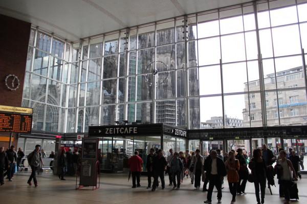 la gare de cologne de l'intérieur avec vue du Dom