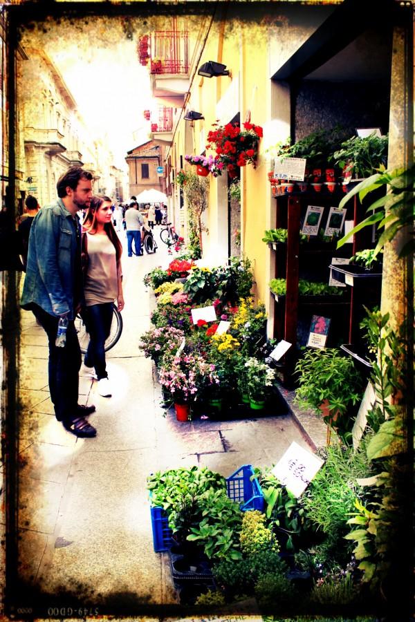 couple dans les rues de Pavie en Italie