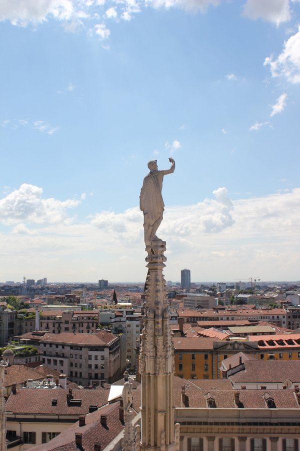 statue du dome de milan surplombant la ville