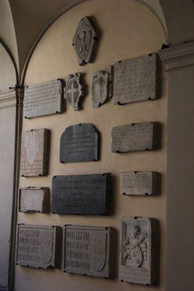 mur avec plaques à Côme