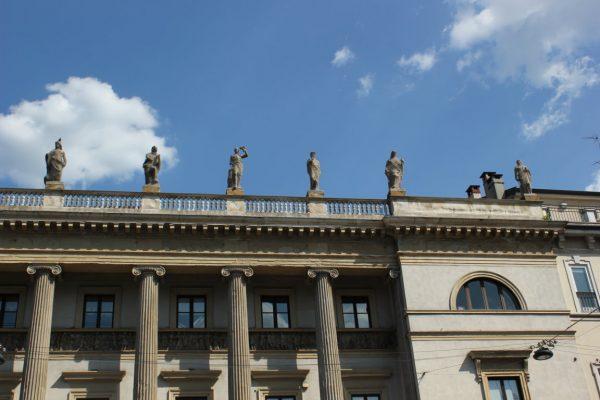 statues au dessus d'un bâtiment