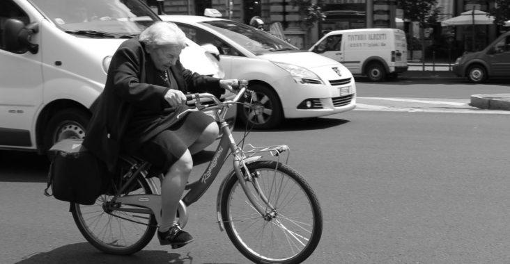 la nona che fa la bicicleta