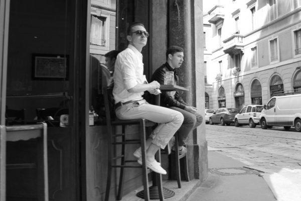 sur un tabouret dans les rues de milan