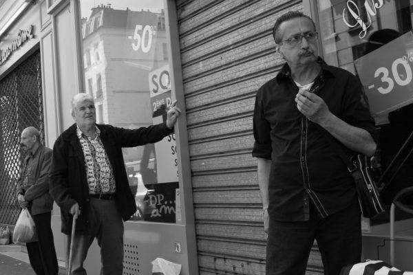 passants près du marché d'Aligre