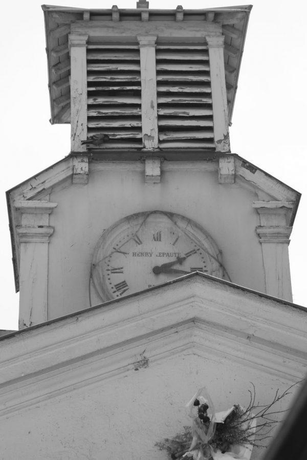 horloge de l'église au marché d'Aligre