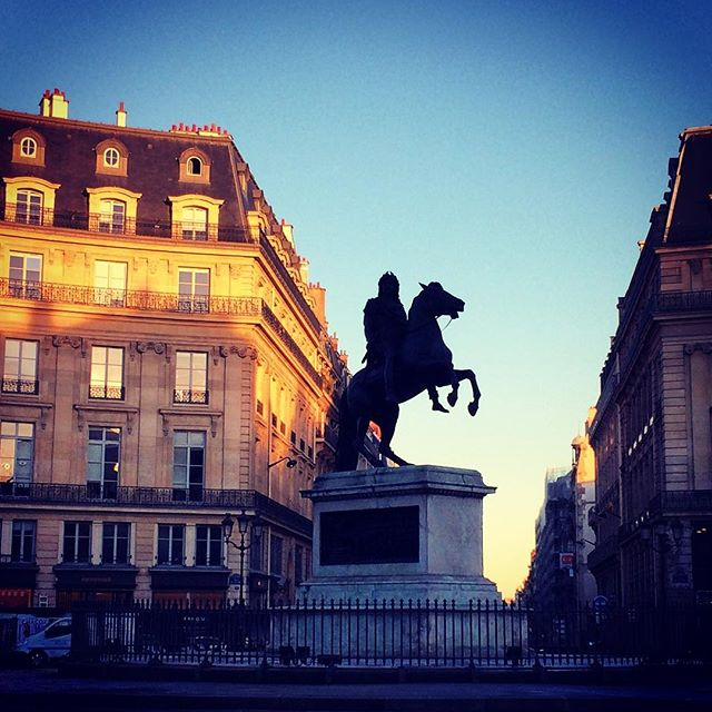 #paris #monuments #romantic #weekend #citytrip #france #placedesvictoires #sunset