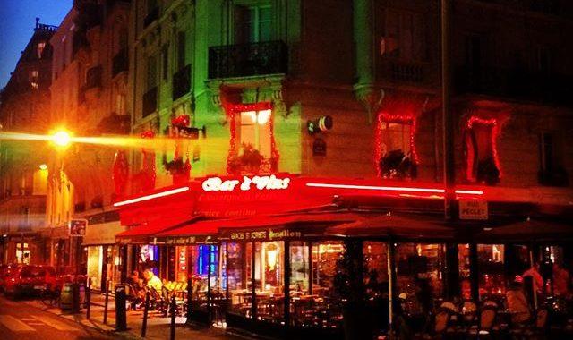 Terrasse de café à paris de nuit
