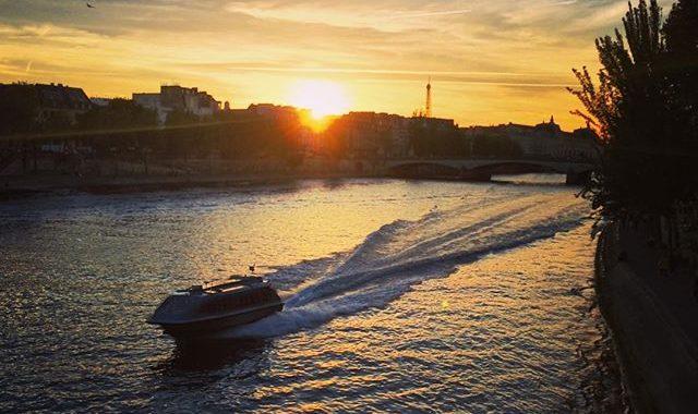 bateau sur la seine au soleil couchant