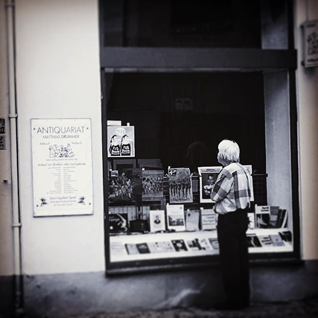 Antiquities means sometimes remembering one's youth ... #berlin #germany #allemagne #antiquities #antiques #shopping #windows #secondhand #deutschland #charlottenburg