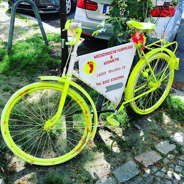 Someone likes flashy bikes 🚴! #berlin #germany #allemagne #velo #bike #cycling #fluo #deutschland #charlottenburg